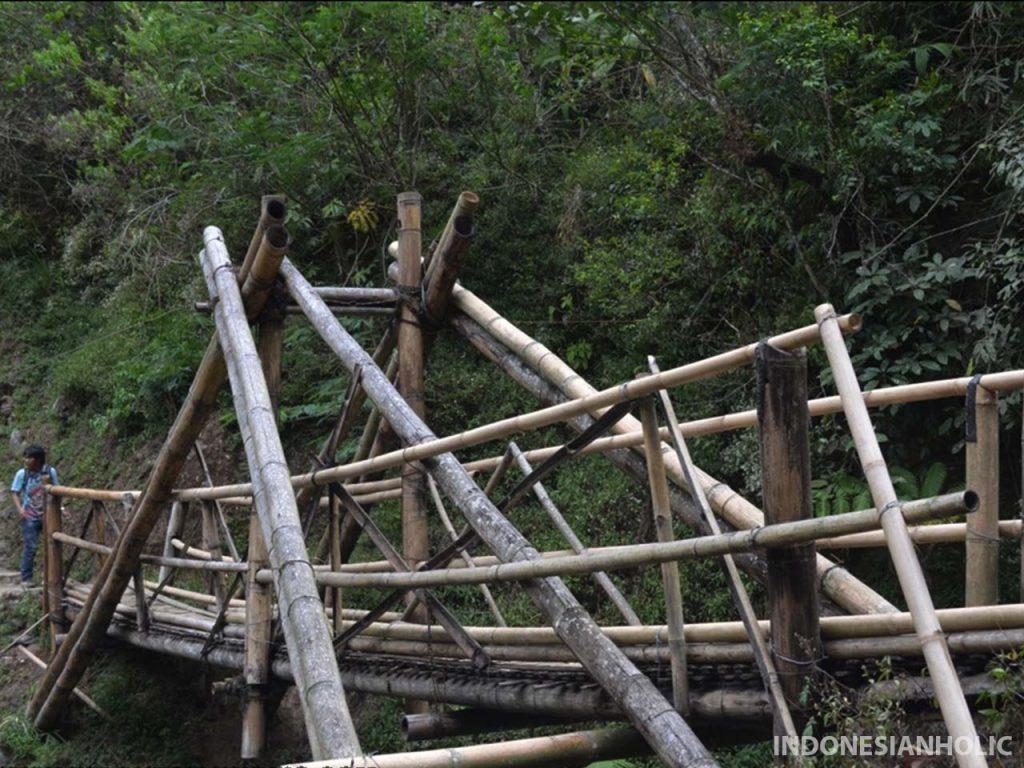 Jembatan bambu di Coban Pelangi