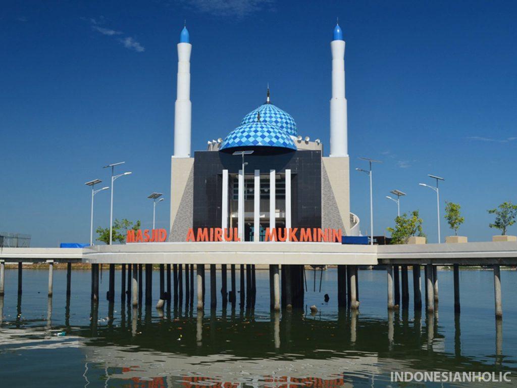 Masjid terapung Makassar di Anjungan Pantai Losari