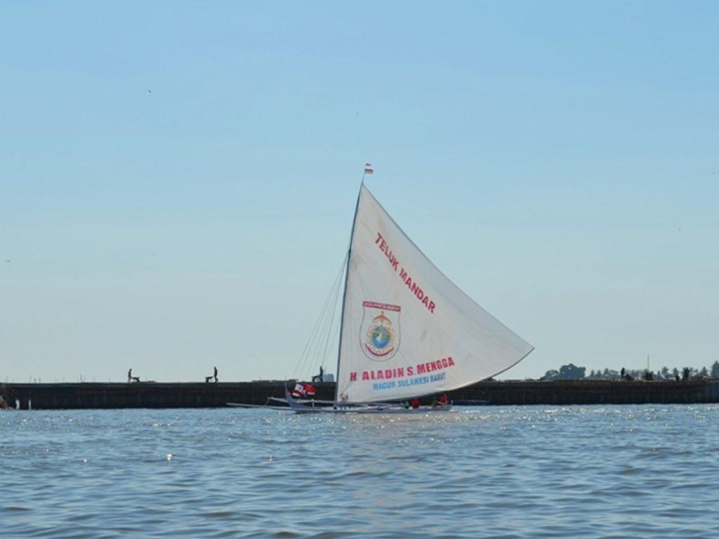 Perahu Sandeq Suku Mandar di anjungan Pantai Losari