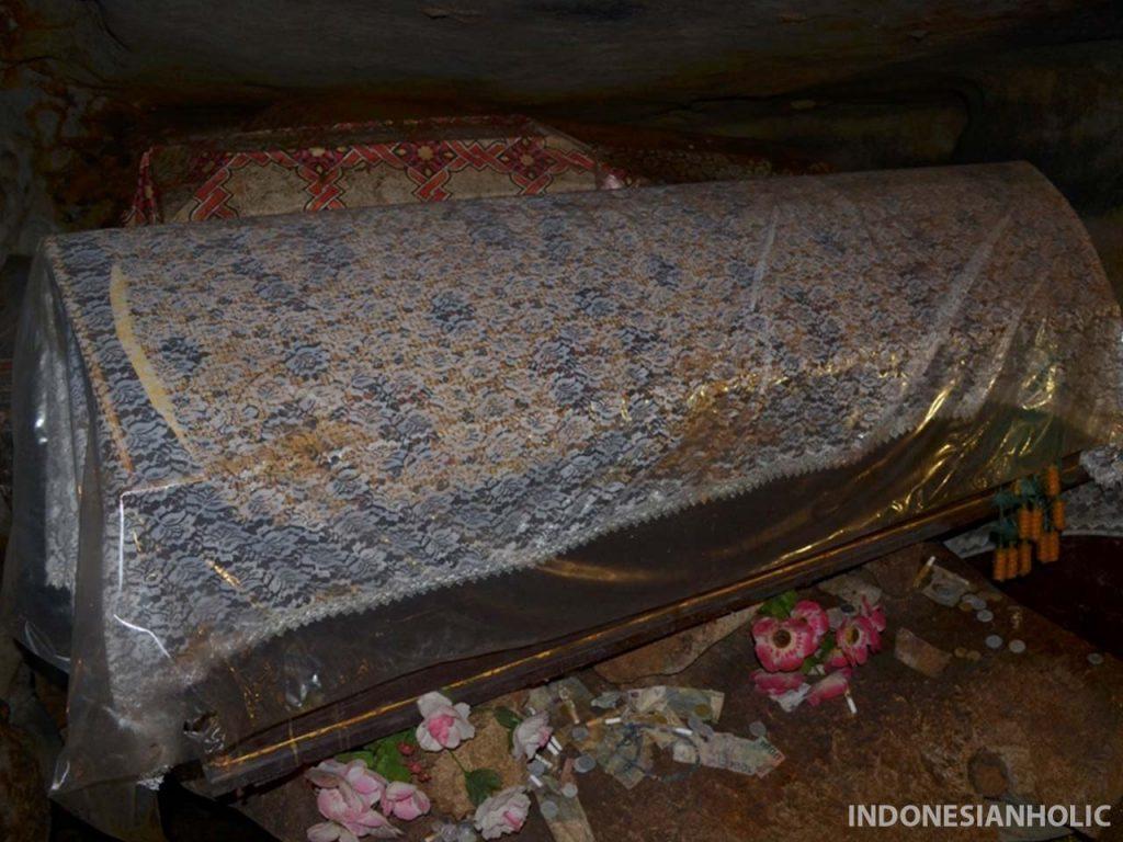 Peti mati dalam goa di Londa