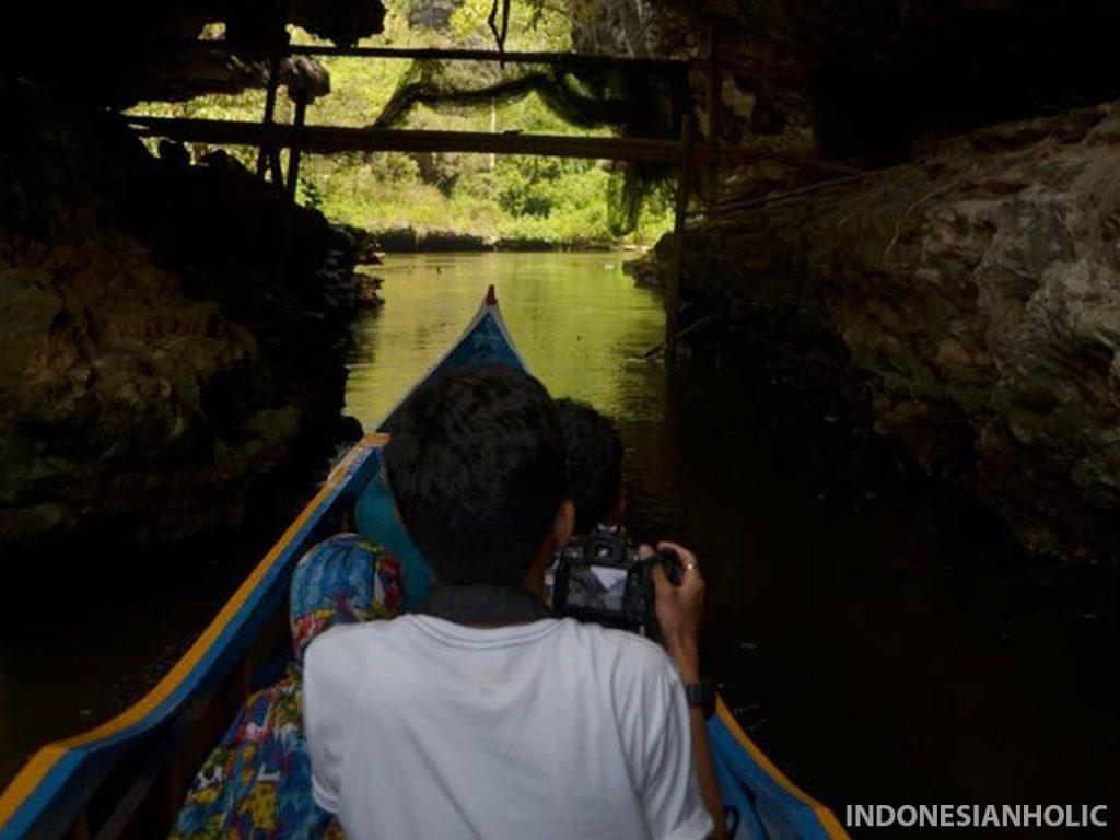 Menyusuri gua dengan perahu